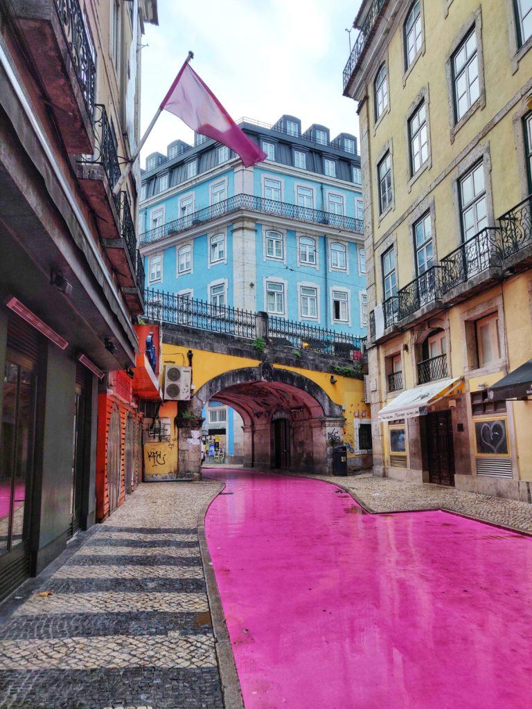 Säpäkkää väriä ja jylhiä rakennuksia. Suomalainen Miia viihtyy Portugalissa.