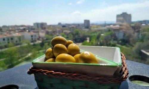 Espanjan koronakaranteenissa syödään oliiveja ja eletään hetkessä